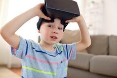 Pys i vrhörlurar med mikrofon eller exponeringsglas 3d hemma Arkivfoton