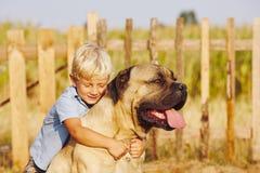 Pys med den stora hunden Royaltyfri Bild
