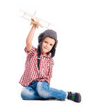 Pys med det pilot- hatt- och leksakflygplanet Fotografering för Bildbyråer