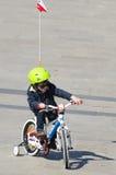 Pys med en cykel Fotografering för Bildbyråer