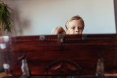 Pys med en gammal träask Arkivbilder
