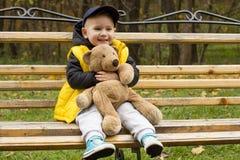 Pys med en leksak i hans händer Arkivbilder
