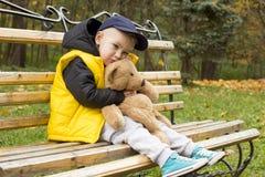 Pys med en leksak i hans händer Fotografering för Bildbyråer