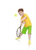 Pys med en tennisracket, medan slå royaltyfri foto