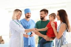 Pys med föräldrar som besöker barns doktorer royaltyfri fotografi