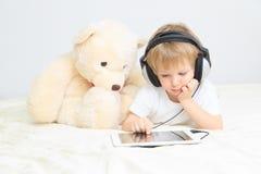 Pys med hörlurar med mikrofon genom att använda handlagblocket arkivbilder