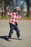 Pys med skateboarden på gatan Arkivbilder