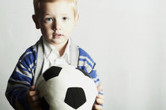 Pys med ungen för fotboll ball.stylish. modebarn Royaltyfri Foto