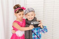 Pys och flicka som gör selfie Arkivbilder