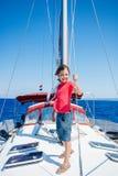 Pys ombord av seglingyachten på sommarkryssning Resa affärsföretaget som seglar med barnet på familjsemester Royaltyfria Foton