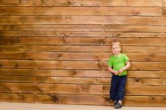 Pys på brun träväggbakgrund Royaltyfri Fotografi