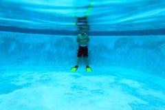 Pys som är klar att simma undervattens- i pölen Fotografering för Bildbyråer
