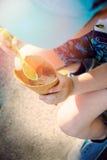 Pys som äter en kotte med chokladicecream Arkivfoto