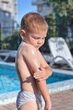 Pys som applicerar sunscreen Royaltyfri Foto