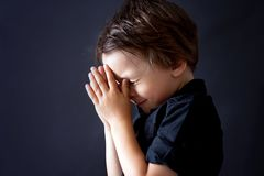 Pys som ber, barn som ber, isolerad bakgrund Arkivbilder