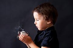 Pys som ber, barn som ber, bakgrund Arkivfoto
