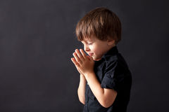 Pys som ber, barn som ber, isolerad bakgrund Royaltyfri Bild