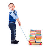 Pys som drar böcker i leksakvagn Arkivbilder