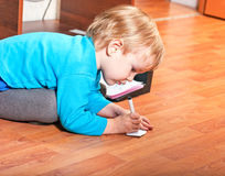 Pys som drar på en täcka av pappers- Fotografering för Bildbyråer
