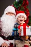 Pys som får gåva från Santa Claus. Royaltyfria Foton