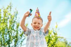 Pys som gör en gest och har rolig fira födelsedag Arkivbilder