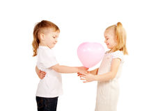 Pys som ger flicka en hjärta, valentin dagbegrepp. Arkivbild