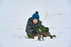 Pys som har gyckel i snön Royaltyfria Bilder