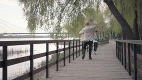 Pys som k?r i v?g fr?n hans farfar p? tr?bron n?ra floden Gamala mannen var tr?tt och stoppad till lager videofilmer