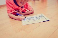 Pys som lär att skriva nummer Arkivfoto