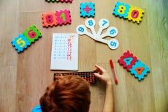 Pys som lär nummer, mental aritmetisk, kulram fotografering för bildbyråer