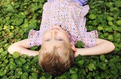 Pys som ligger i gräs royaltyfri bild