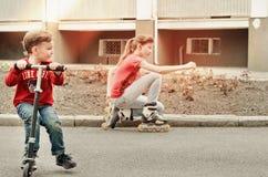 Pys som rider en leksaksparkcykel Arkivfoto