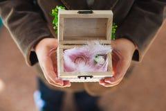 Pys som rymmer asken med vigselringar Royaltyfri Fotografi