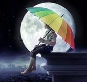 Pys som rymmer ett paraply royaltyfri bild