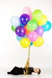 Pys som rymmer färgrika ballonger Royaltyfri Bild