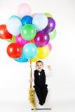 Pys som rymmer färgrika ballonger Royaltyfri Foto