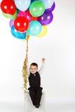 Pys som rymmer färgrika ballonger Royaltyfri Fotografi