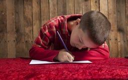 Pys som skriver en bokstav för Santa Royaltyfria Foton