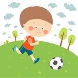 Pys som spelar fotboll p? fotbollf?ltet Sparkande fotboll f?r barn Gullig lycklig unge som spelar med en boll cartoon royaltyfri illustrationer
