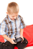 Pys som spelar lekar på smartphonen Arkivbild