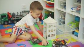 Pys som spelar med hemmastadda leksaker stock video