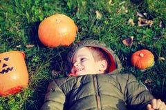 Pys som spelar med pumpa och halloween leksaker Arkivbild