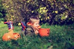 Pys som spelar med pumpa och halloween leksaker Royaltyfria Foton