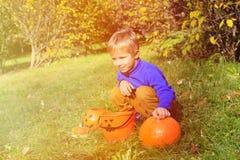 Pys som spelar med pumpa och halloween leksaker Fotografering för Bildbyråer