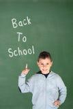 Pys som upp till pekar hans finger: Dra tillbaka till skolan Arkivbilder