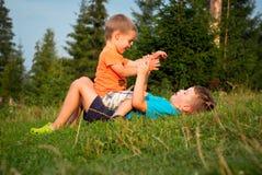 Pys två i gräset fotografering för bildbyråer