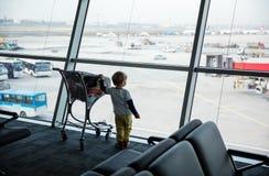 Pysanseende på fönstret i flygplats Arkivfoto