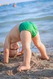 Pysanseende på hans huvud på stranden royaltyfri foto