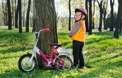 Pysanseende som tillsammans med grinar hans cykel arkivfoto