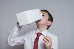 Pysdrinkar fr?n en stor vit packe vit skjorta och r?tt band Ljus bakgrund royaltyfri fotografi